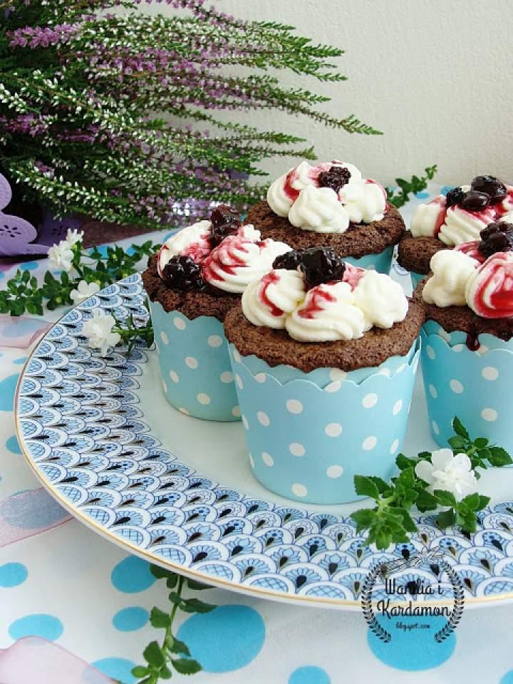 Muffinki czekoladowo -piernikowe z kremem i konfiturą z jeżyn