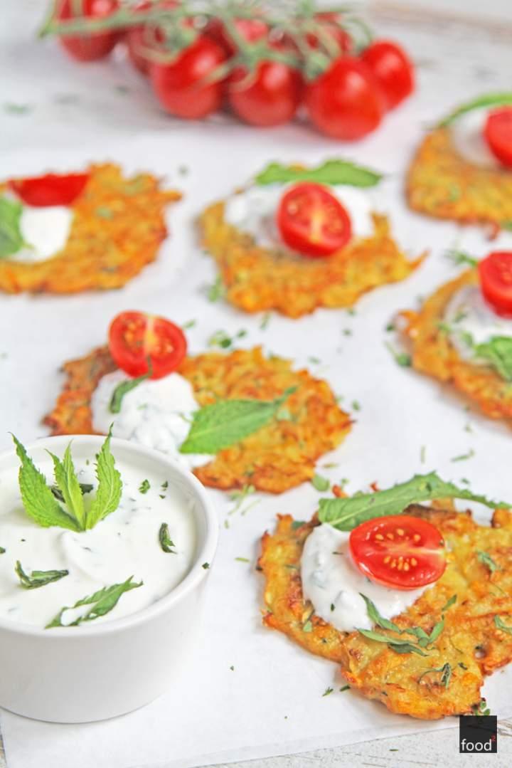 Placki ziemniaczane z marchewką i cukinią, podawane z miętowym dressingiem