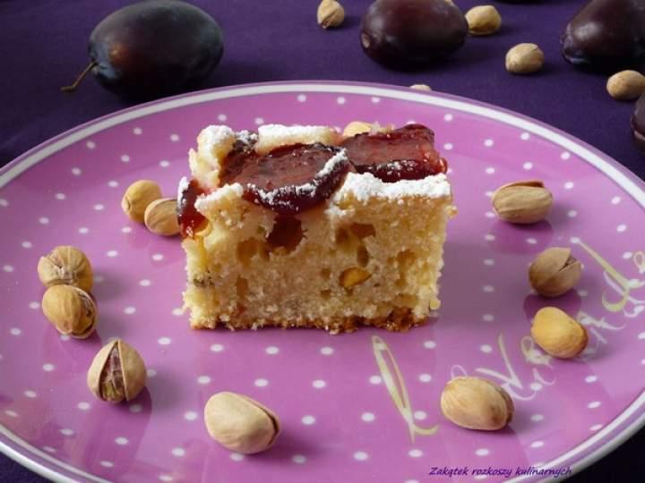 Ciasto ucierane ze śliwkami i pistacjami.