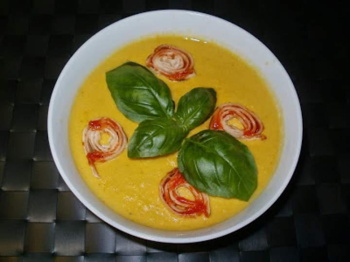 Zupa z kukurydzy z naleśnikowymi rulonikami