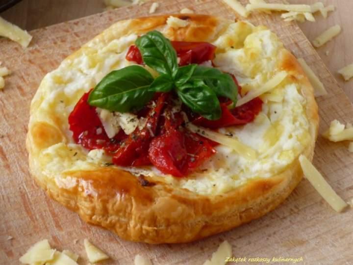 Tartaletki z serem ricotta, cheddar i suszonymi pomidorami.