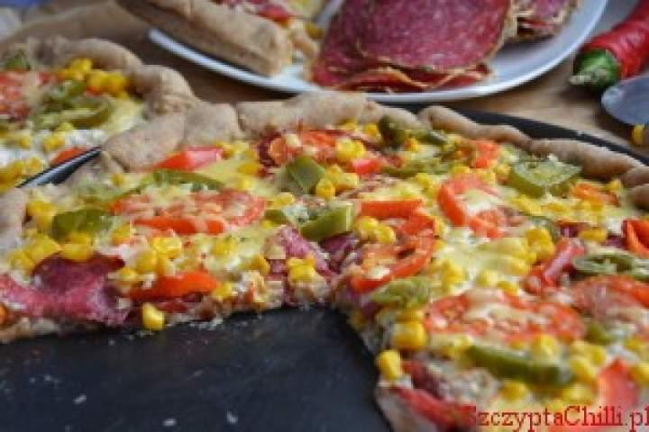 Pizza z sosem majonezowym na pełnoziarnistym spodzie z kaszą manną