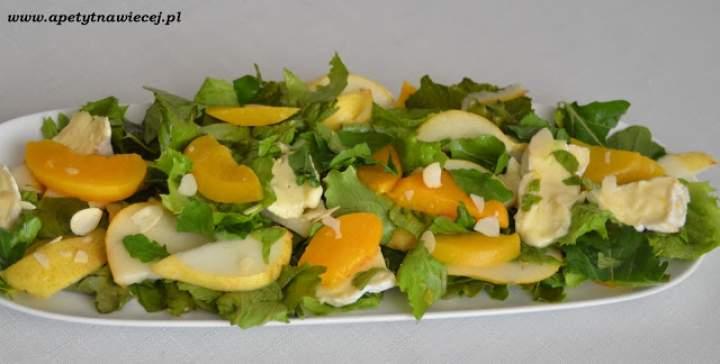 Sałatka z rukolą, owocami i pleśniowym serem