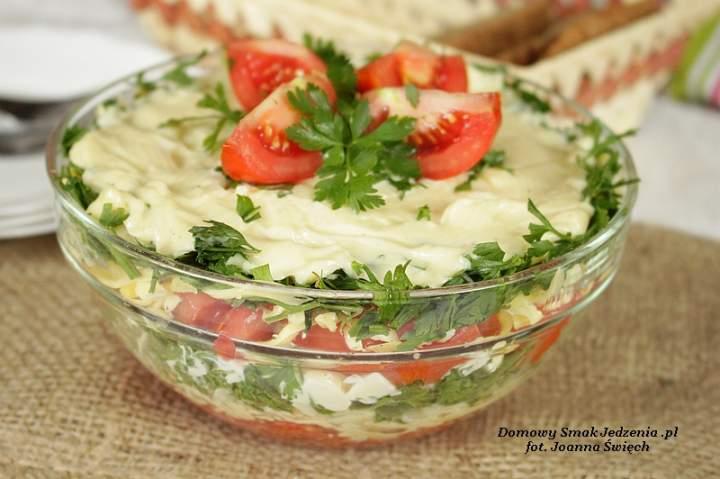 szybka sałatka z pomidorami i serem żółtym