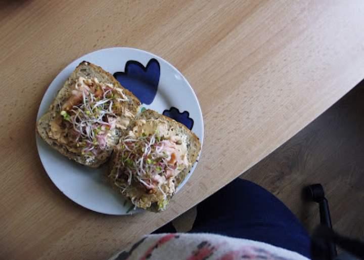 kanapka z wędzonym łososiem