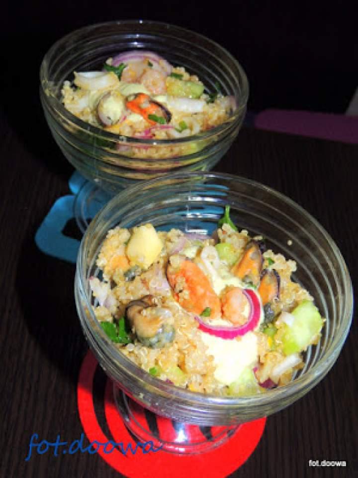 Sałatka z komosy ryżowej i owoców morza