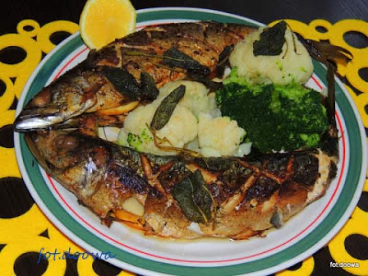 Smażone makrele z masłem szałwiowym