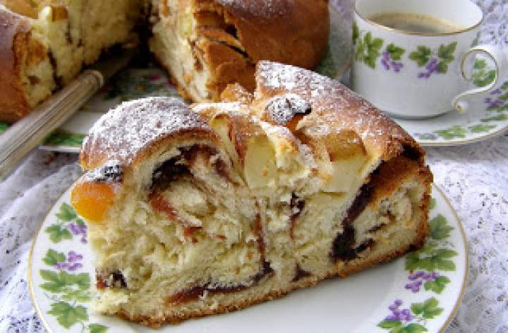 pysznie zakręcone drożdżowe ciasto z powidłami, morelami, jabłkami, cynamonem…