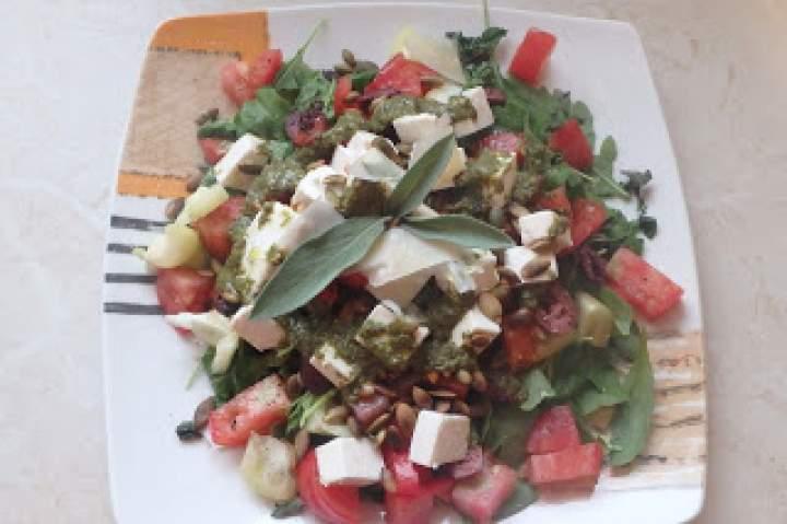 Kolorowa sałatka z dwoma serami, pestkami dyni i bazyliowym pesto