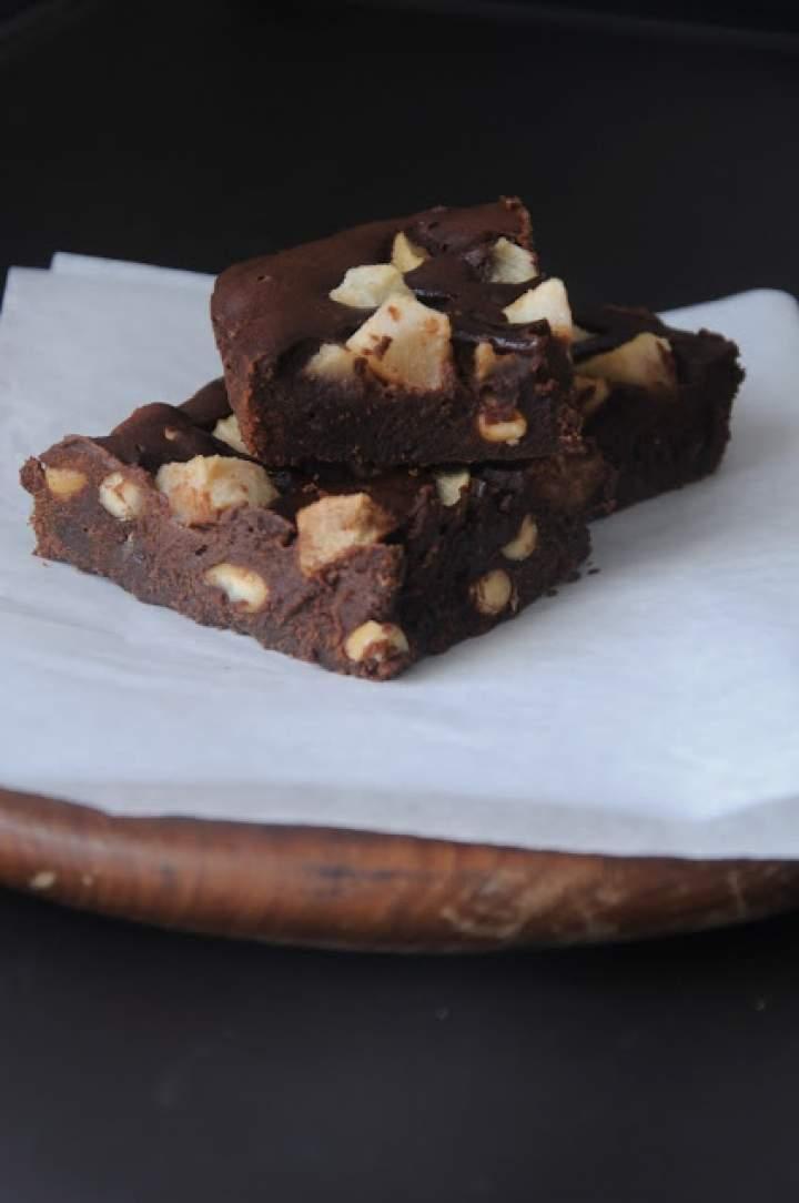 Brownie z gruszkami i orzeszkami ziemnymi