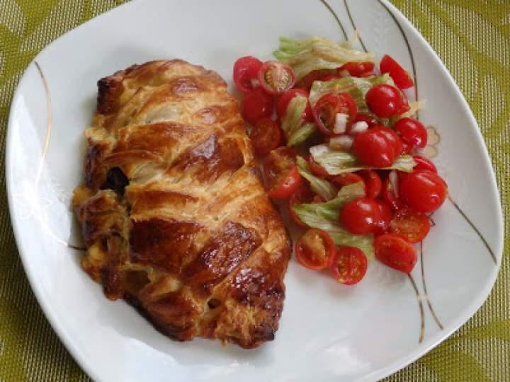 Kurczak nadziewany pieczarkami zapiekany w cieście francuskim