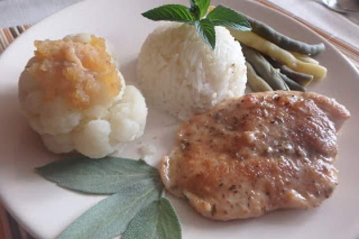 Duszone piersi z kurczaka z ryżem, kalafiorem i fasolką szparagową