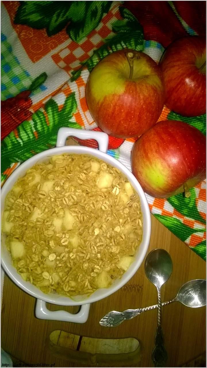 Zapiekane jęczmienno-jabłkowe śniadanie osłodzone melasą z chleba świętojańskiego