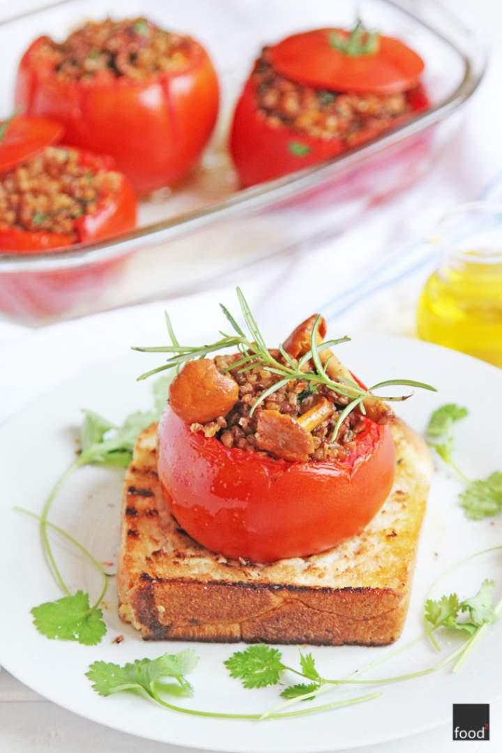 Pomidory faszerowane kaszą gryczaną i kurkami, podawane na grillowanej chałce