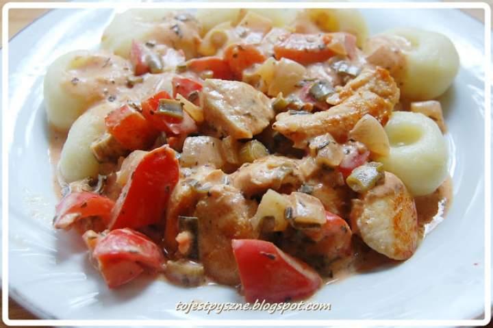 Pierśc z kurczaka w sosie paprykowo – śmietanowym