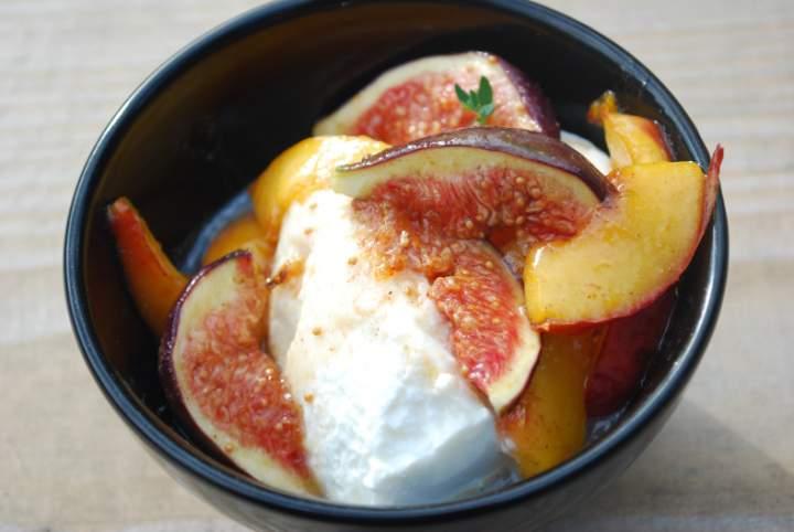 Ser z owocami i sosem miodowym