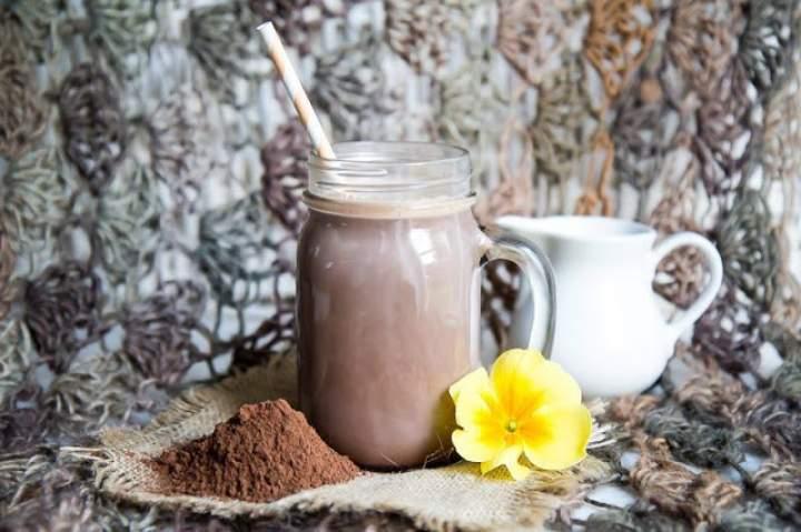 kakao + mleko roślinne + daktyle + wanilia + cynamon