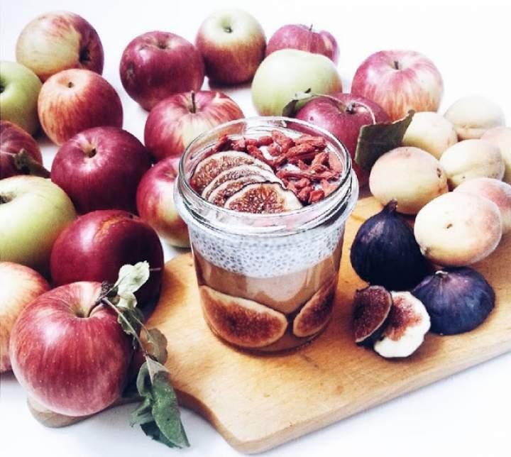 figi + chia + mleko migdałowe + jabłka + brzoskwinie + goji