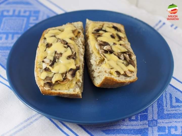 Klasyczna zapiekanka z pieczarkami i serem