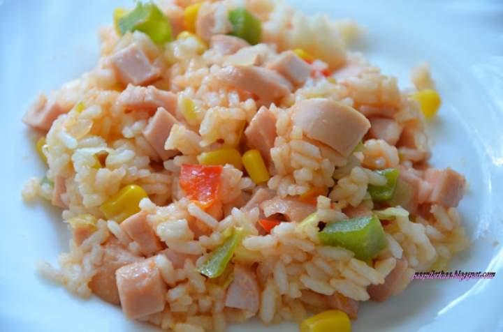 Ryż z warzywami i parówkami