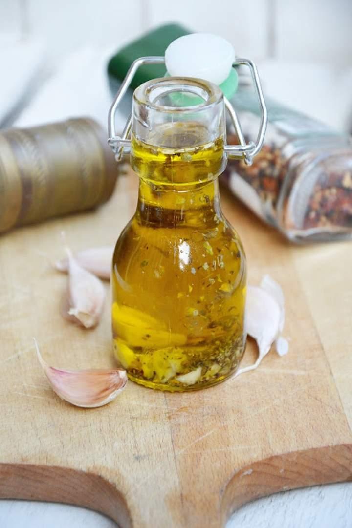 Oliwa z oliwek aromatyzowana czosnkiem, oregano i chili