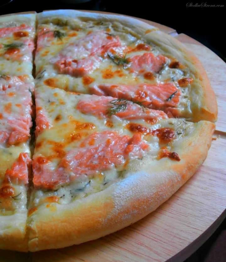 Domowa Pizza z Łososiem na Sosie Koperkowo – Śmietanowym