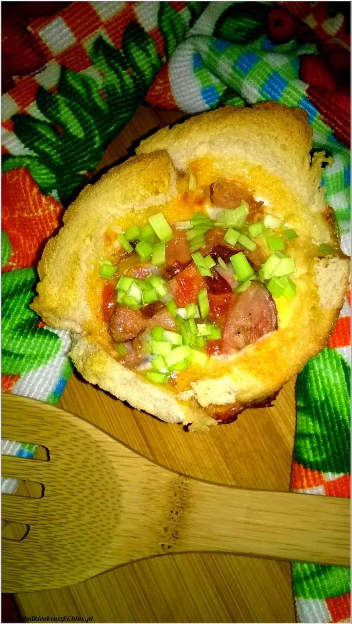 Zapiekanka chlebowa z boczkiem podana z nutą meksyku