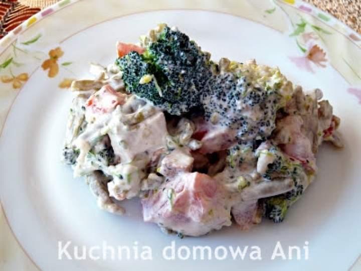 Sałatka brokułowa z fasolką szparagową i kurczakiem