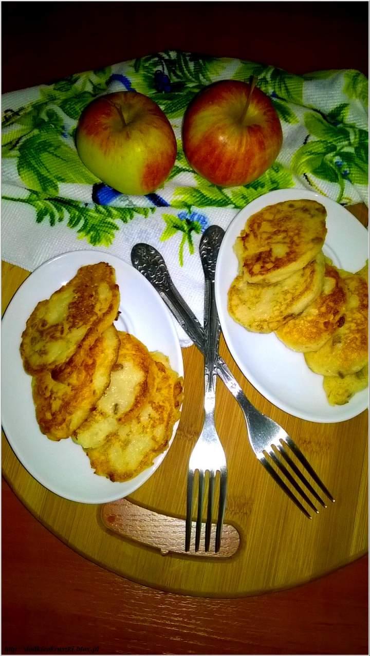 Jabłkowe placuszki z kaszy manny z cynamonowymi ziarenkami