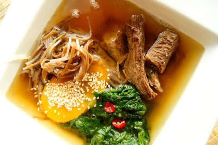 Azjatycka zupa z wołowiną teriyaki