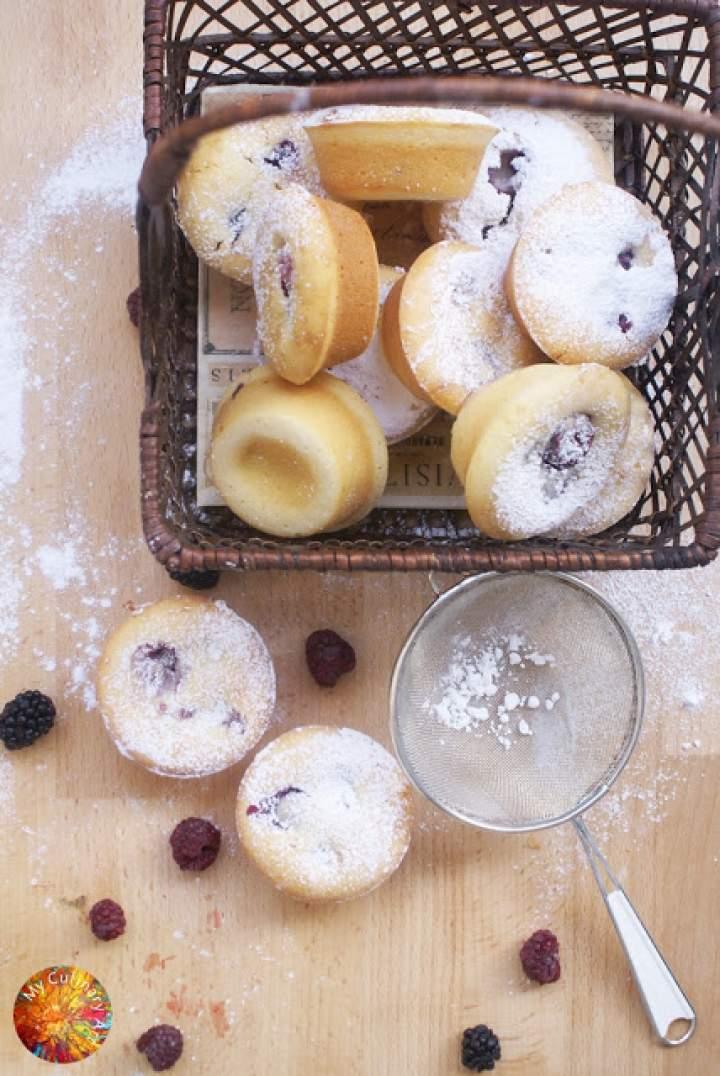 Muffinki z budyniem, malinami i jeżynami