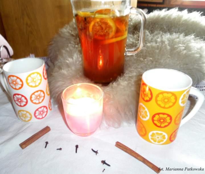 Rozgrzewająca cytrusowo-miodowa herbata z imbirem, goździkami i świeżą figą