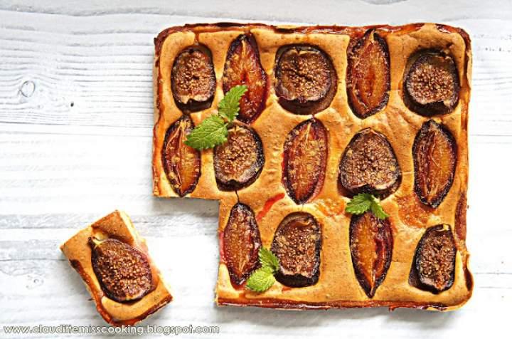 Bezglutenowe ciasto drożdżowe z figami i śliwkami