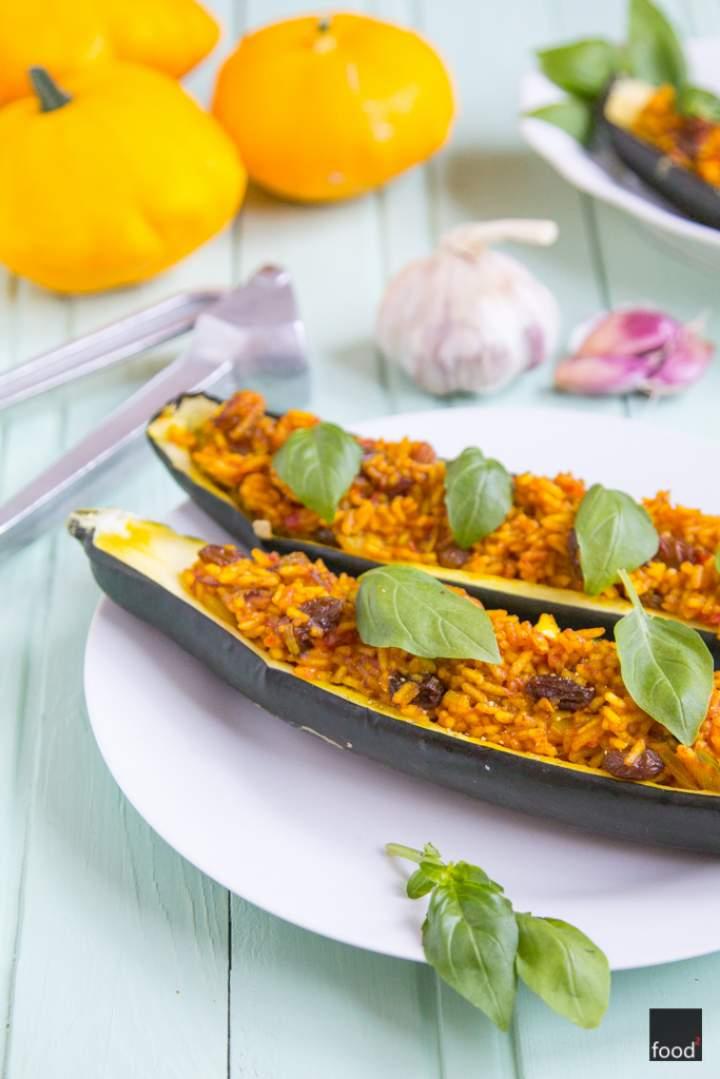 Cukinia faszerowana aromatycznym ryżem i rodzynkami