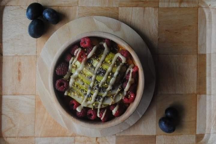 789. Dyniowo- różany krem z ciecierzycy z gruszką, malinami i tahini,