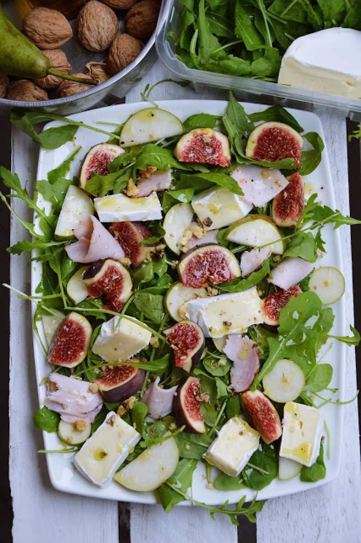 Sałatka z rukoli, z figami, gruszką i camembertem