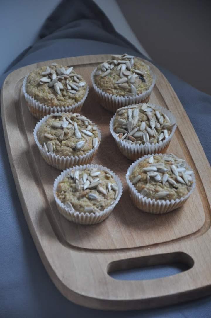 Orkiszowe muffinki z cukinią i oliwkami