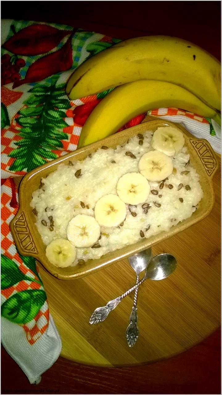 Szybka zapiekanka ryżowa z migdałowymi ziarenkami i bananami