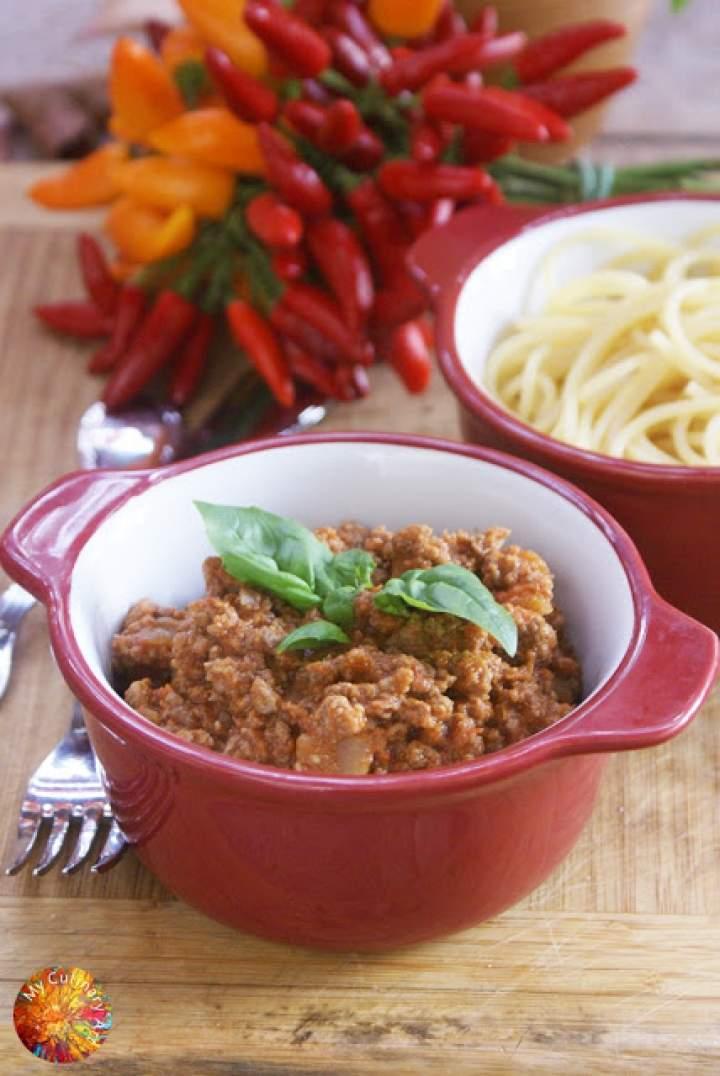 Spaghetti z lekko pikantnym sosem pomidorowym z wołowiną