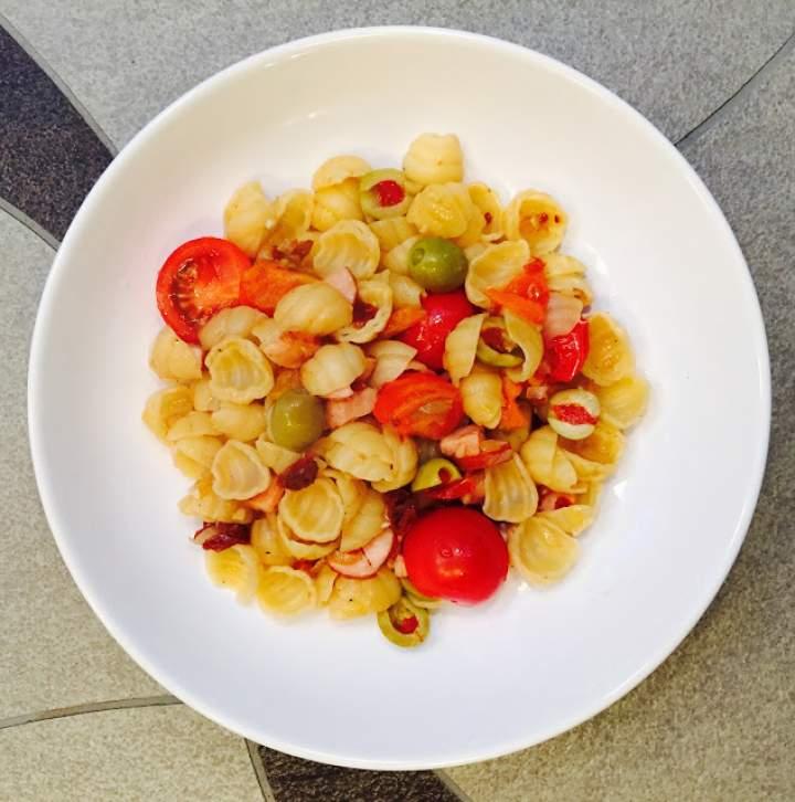 makaron z kiełbasa, pomidorkami
