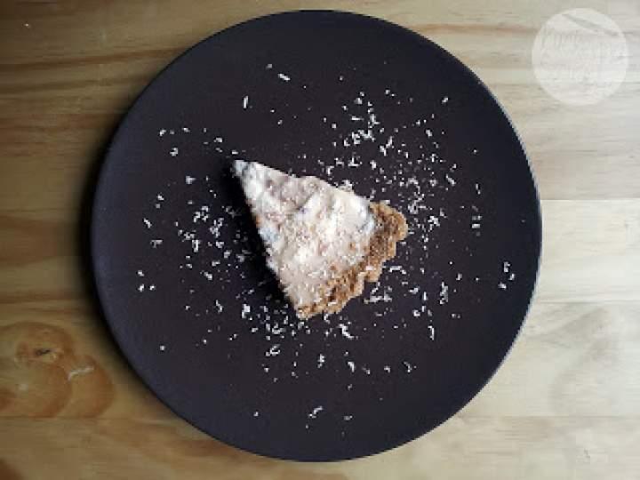 Tarta na ciasteczkowym spodzie z pieczonym bananem