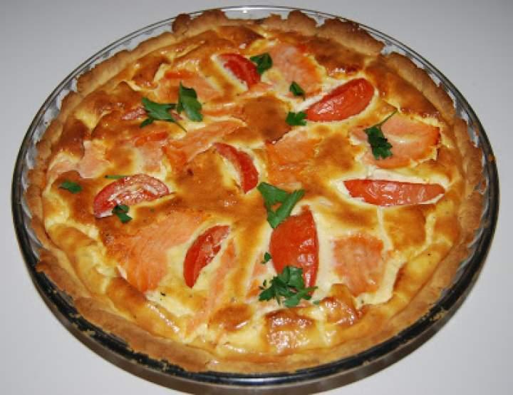 Tarta z łososiem i pomidorami