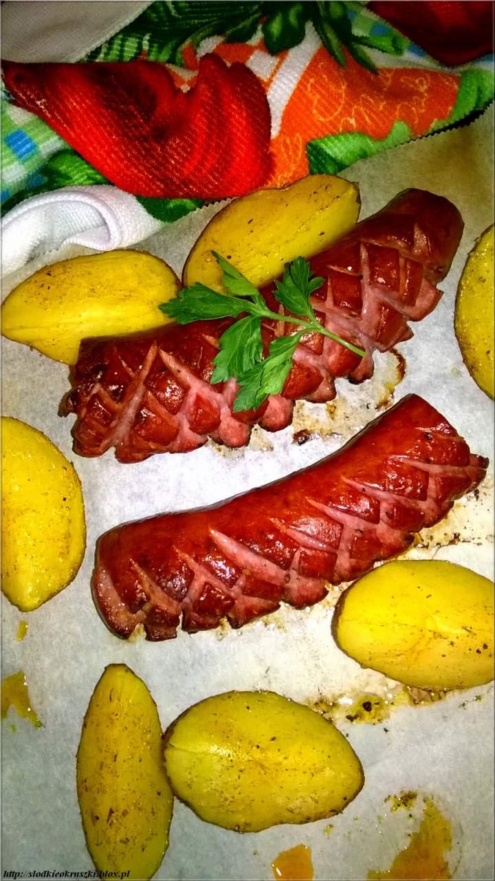 Obiad z piekarnika. Pieczone ziemniaki (w delikatnych ziołach) z kiełbasą.