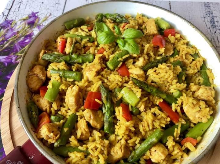 Jednogarnkowy obiad w 30 minut! Ryż z kurczakiem, papryką i szparagami