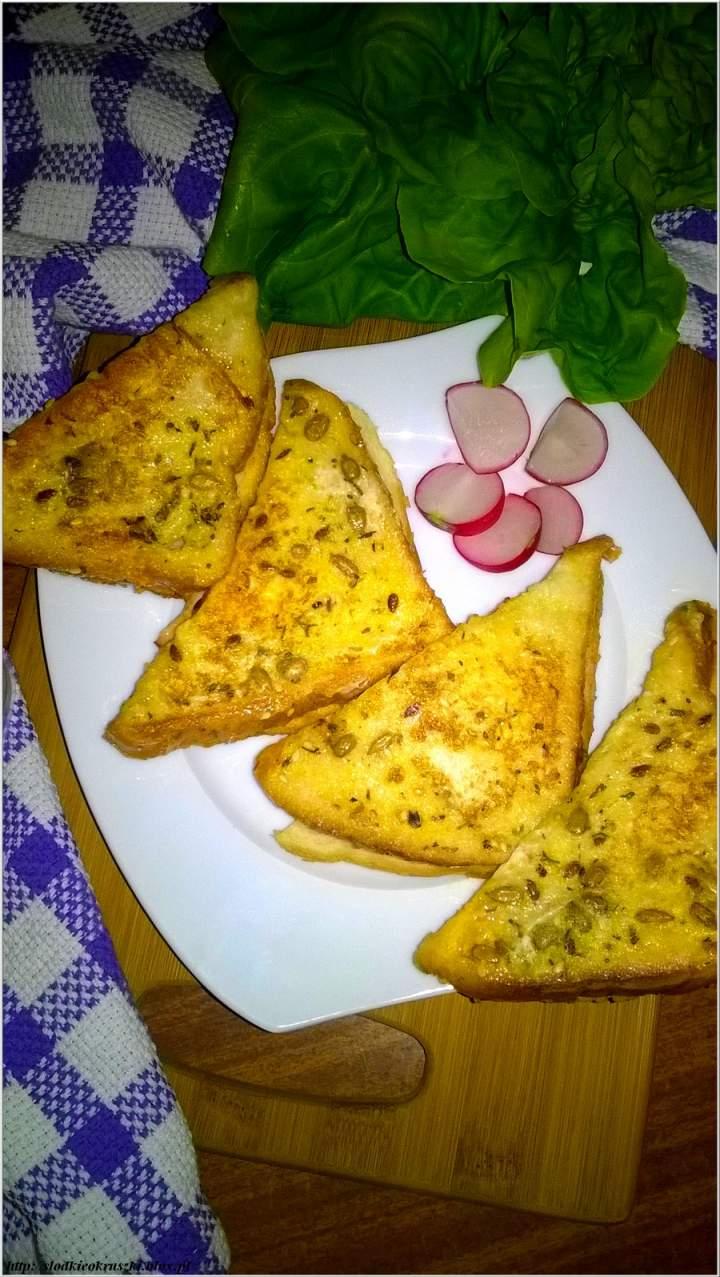 Tosty z patelni w ziarenkowo-ziołowej odsłonie z serem i szynką