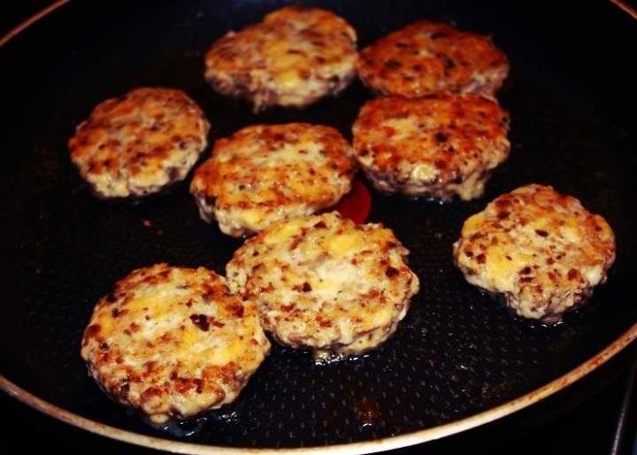 Kotlety z piersi kurczaka, pieczarek i sera (porcja – ok. 510 kcal)