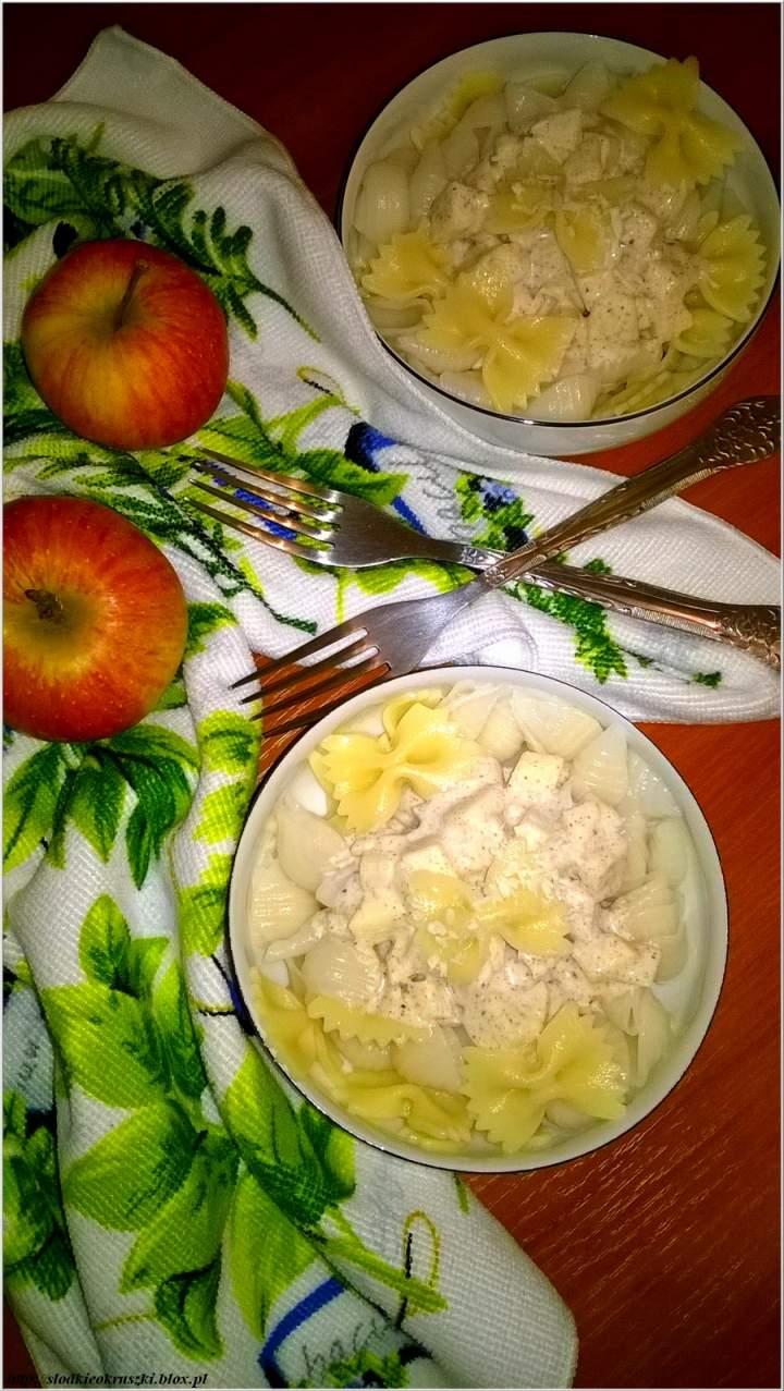 Lekkie makaronowe miseczki w kokosowo-cynamonowym sosie z soczystym jabłuszkiem