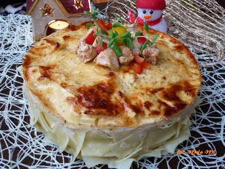 Świąteczny tort z indyka z makaronem, papryką i pomidorkami koktajlowymi