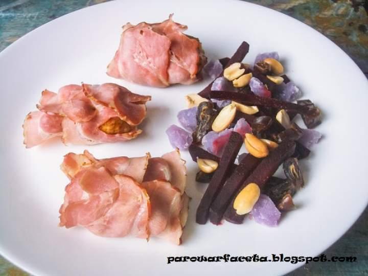 Pierś zawijana boczkiem z sałatką z buraka, ziemniaka, orzechów i daktyli