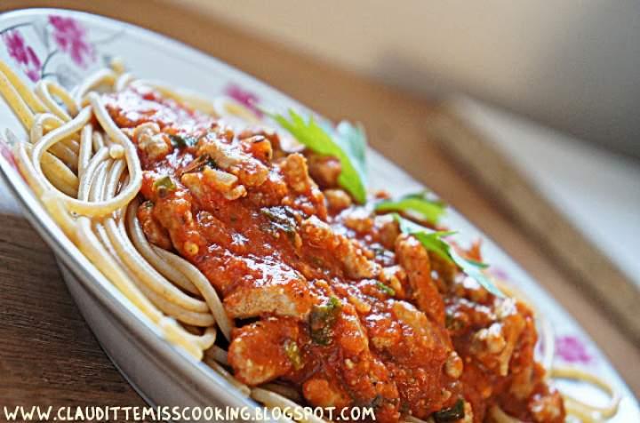 Spaghetti pełnoziarniste z mięsem wołowym i sosem pomidorowym